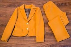 时髦的女性燃烧物和长裤 免版税库存图片