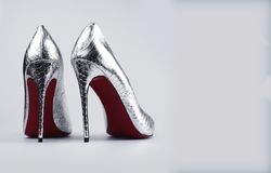 时髦的女性银色鞋子 免版税库存照片