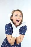 时髦的妇女佩带的圆点穿戴和感到好和跳舞在演播室 免版税库存照片