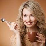 时髦的妇女用咖啡在手上 图库摄影
