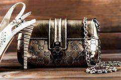 时髦的妇女的袋子和鞋子 免版税库存照片