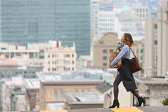 时髦的妇女运载的杂货十字架风景旧金山街 免版税库存照片