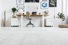 时髦的家具在家庭办公室 免版税库存图片