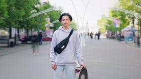 时髦的少年溜冰板者身分时间间隔画象在单独街道的 影视素材