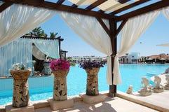时髦的帐篷,原始的花瓶,在土耳其语的蓝色水池 免版税库存图片