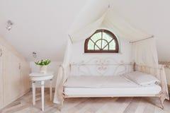 时髦的床在浪漫卧室 免版税库存照片