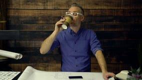 时髦的建筑师喝咖啡并且微笑 影视素材