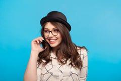 时髦的式样谈的电话在演播室 免版税图库摄影