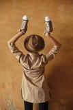 戴时髦的成套装备和帽子的闭合的生活方式时尚画象妇女姿势在夏天,喜悦,放松,留下鞋子 库存图片