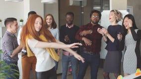 时髦的成套装备的年轻经理女孩招待她的同事 股票录像