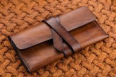 时髦的手工制造棕色皮革钱包 免版税库存照片