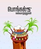 时髦的文本(愉快的Pongal)在与传统泥罐的泰米尔语,有很多南印地安收获的节日庆祝的米 库存例证