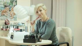 时髦的时髦妇女看看在沙龙的照相机 股票录像