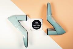 时髦的时髦脚跟 夏天时尚成套装备,豪华党鞋子 最小的时尚概念 免版税库存图片