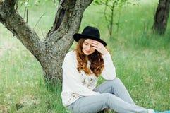 时髦的春天捷克人成套装备 佩带一白色毛线衣和bla 免版税图库摄影