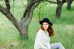 时髦的春天捷克人成套装备 佩带一白色毛线衣和bla 免版税库存照片