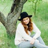 时髦的春天捷克人成套装备 佩带一白色毛线衣和bla 库存照片