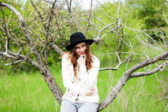 时髦的春天捷克人成套装备 佩带一白色毛线衣和bla 图库摄影