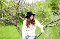 时髦的春天捷克人成套装备 佩带一白色毛线衣和bla 库存图片
