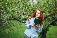 时髦的春天捷克人成套装备 有长期的美丽的少妇 免版税库存图片