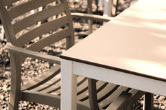 时髦的椅子和桌 免版税库存图片