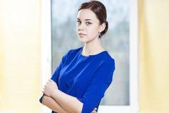时髦的正式蓝色礼服的肉欲的白种人深色的妇女 库存照片
