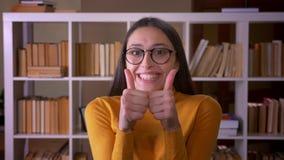 时髦的深色的女老师画象显示强的娱乐入照相机覆盖物嘴用手 股票录像