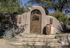 时髦的灰泥土气木门拱道 免版税库存照片