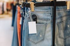 时髦的牛仔裤服装店站立陈列室精品店 免版税库存照片