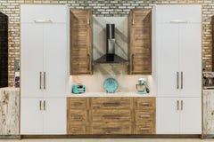 时髦的现代内部装饰自然木厨柜惊人的温暖的看法  免版税库存照片