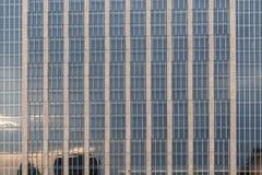 时髦的现代玻璃大厦 库存照片
