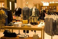 时髦的男人和妇女衣物 免版税库存照片