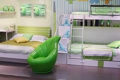 时髦的白绿的儿童居室 免版税库存图片