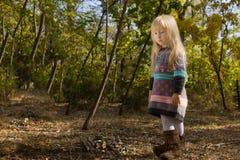 时髦的矮小的白肤金发的女孩以秋天时尚 免版税库存图片