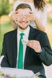 时髦的穿戴的可爱的人饮用的茶的嬉戏的少妇关闭的眼睛户外 库存照片
