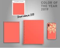 时髦的笔记本、计划者和智能手机盒在2019年的一种时髦的颜色 居住的珊瑚织品样品 库存例证