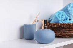 时髦的肥皂分配器、持有人与牙刷和毛巾 免版税库存图片