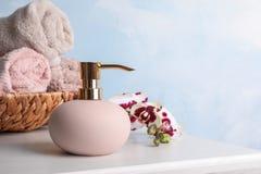 时髦的肥皂分配器,在柳条筐的毛巾 免版税库存照片