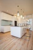 时髦的舱内甲板-小的舒适厨房 免版税库存图片