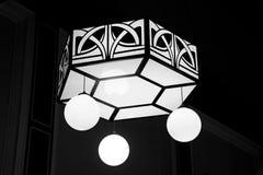 时髦的艺术装饰天花板枝形吊灯 免版税库存照片