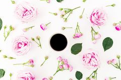 时髦的花卉构成由桃红色玫瑰、芽和杯子无奶咖啡制成在白色背景 平的位置,顶视图 库存图片