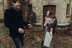 时髦的获得乐趣和笑在秋天公园的男人和妇女 Co 免版税库存照片