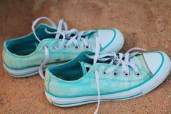 时髦的蓝色和白色运动鞋 库存照片