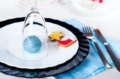 时髦的蓝色和银色圣诞节桌设置 库存图片