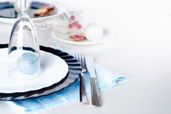 时髦的蓝色和银色圣诞节桌设置 免版税库存图片
