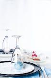 时髦的蓝色和银色圣诞节桌设置 库存照片