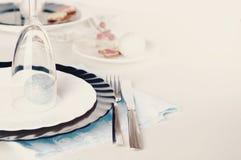 时髦的蓝色和银色圣诞节桌设置 免版税库存照片