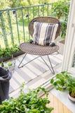时髦的藤条椅子顶视图在现代平,真正的照片阳台的  免版税库存图片
