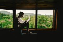 时髦的行家人在窗口有看法坐山和 免版税库存照片