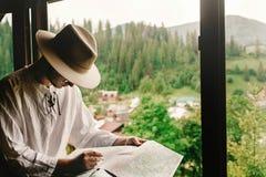 时髦的行家人在窗口有看法坐山和 库存照片